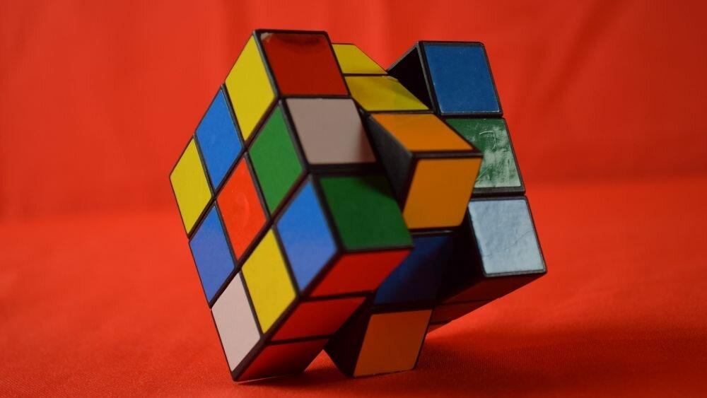 Comment assembler rapidement un cube Rubik 3×3 sans formules : instructions avec des images